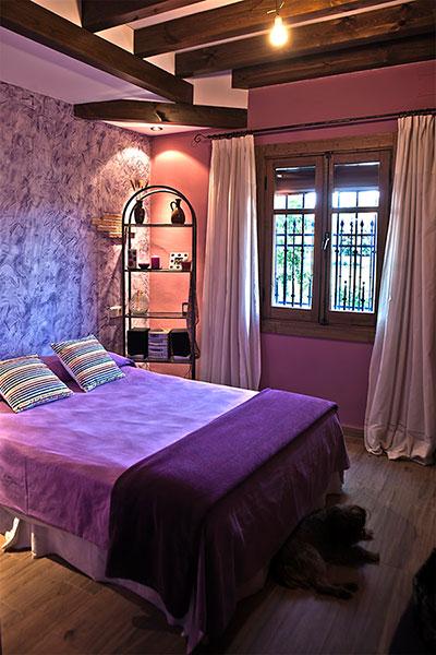 Dormitorio Morado Casa Rural La Noguera