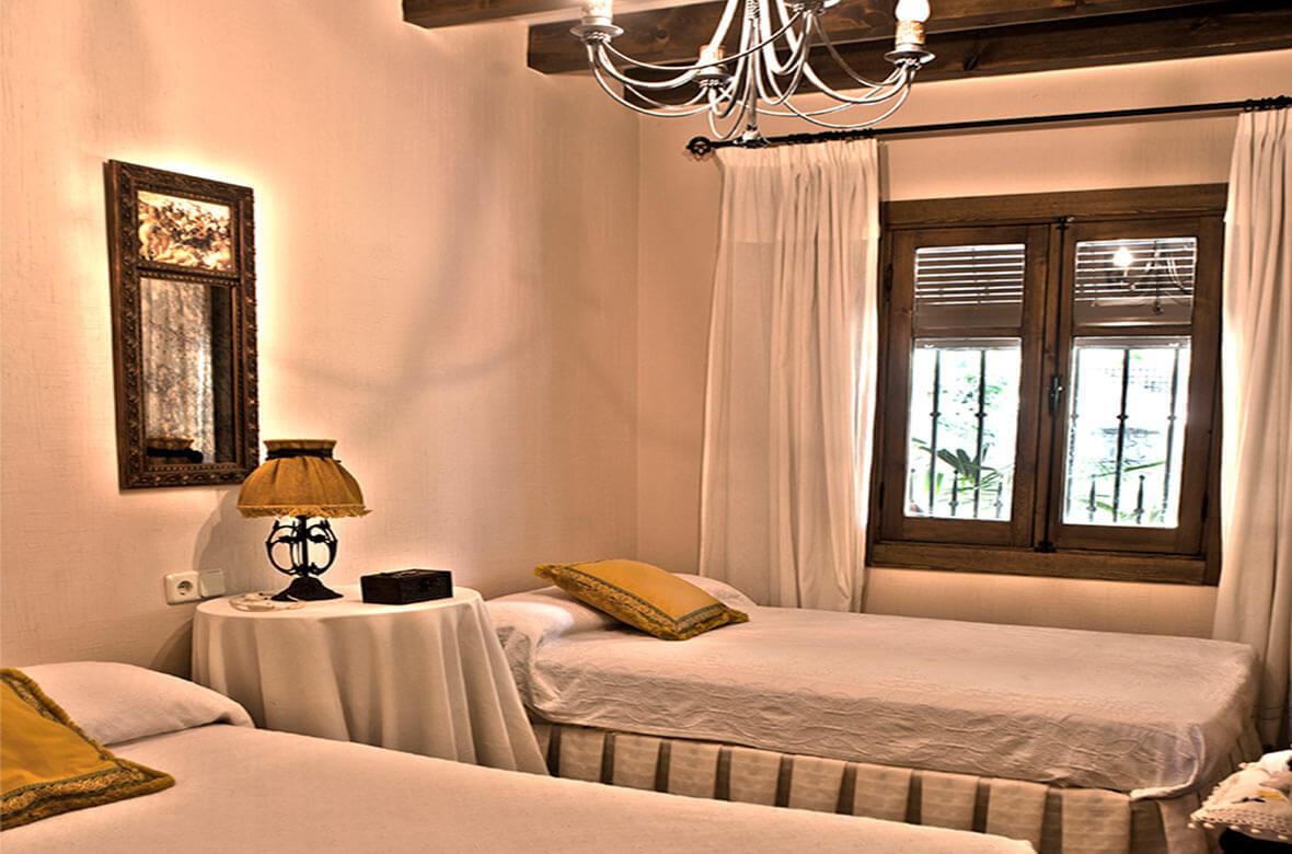 Dormitorio dos camas Casa Rural La Noguera